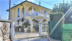: detached villa with pool and garden for sale  Pietrasanta