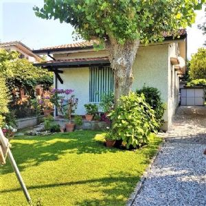: two-family house with garden for sale  Forte dei Marmi