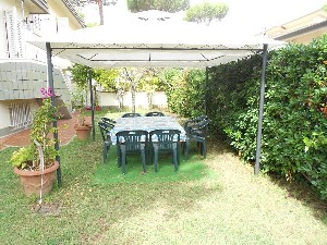 Lido di Camaiore villa in bifamiliare (8 PAX) : two-family house with garden to rent  Lido di Camaiore