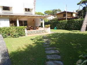Marina di Pietrasanta Focette 200 metri dal mare : detached villa with garden for sale Focette Pietrasanta